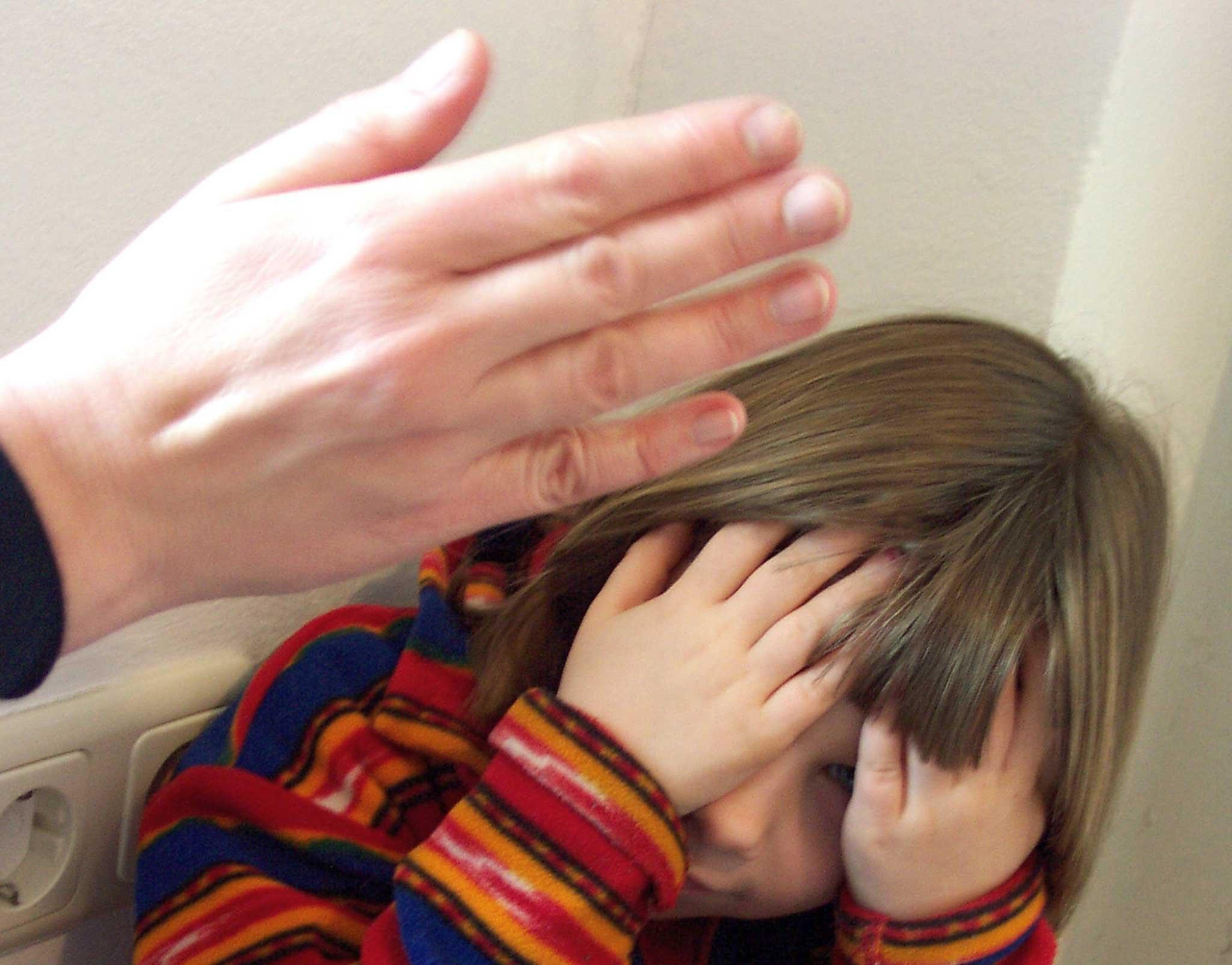 Смотреть мама и папа бьют дочку ремнем, Мама отшлепала дочку по юной попке 15 фотография